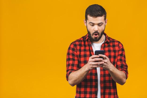 Wow, tolle neuigkeiten! glücklicher mann in lässiger tipp-sms.