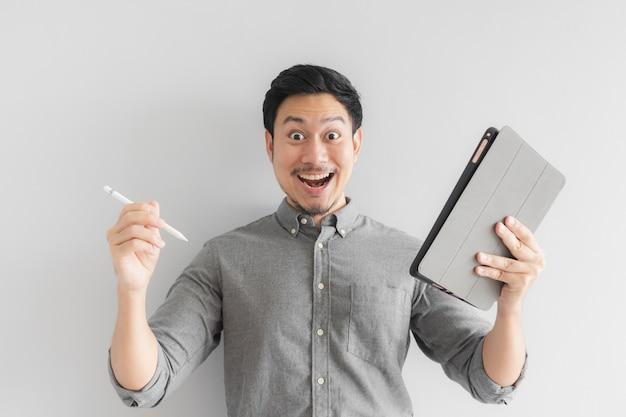 Wow und überraschter unternehmergeschäftsmann arbeiten an seiner tablette