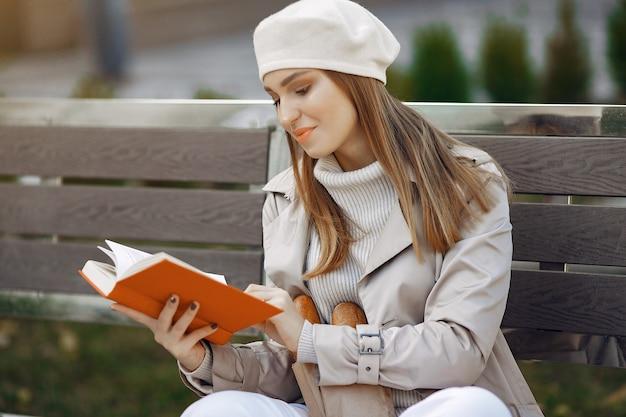 Wowan in einer weißen baskenmütze in einer stadt mit einem baguette