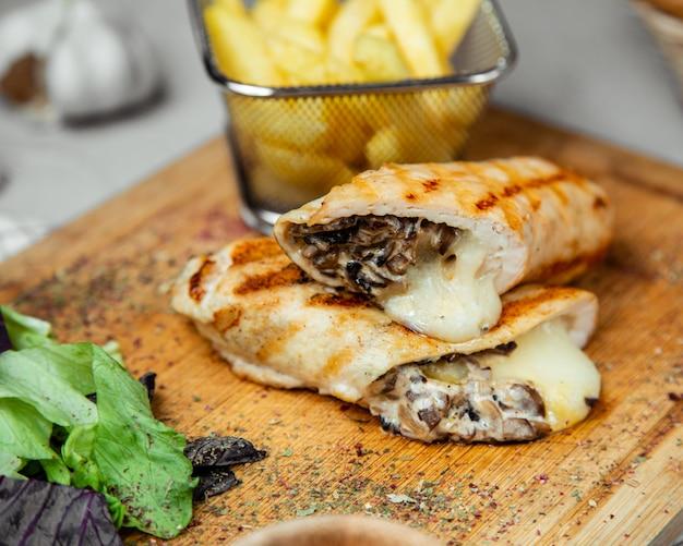 Wrap mit champignons und käse gefüllt