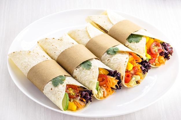 Wrap oder vegane tortillas, hergestellt aus teig ohne eier, bio-gemüse und avocadocreme