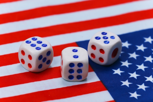 Würfel auf dem der usa-flagge. konzept der us-präsidentschaftswahl