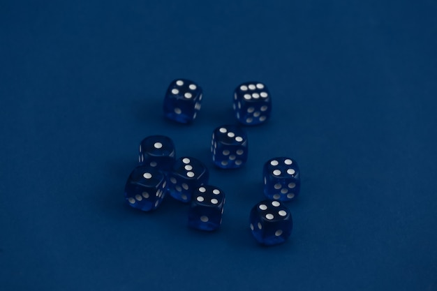 Würfel auf einem klassischen blau. glück, spielsucht