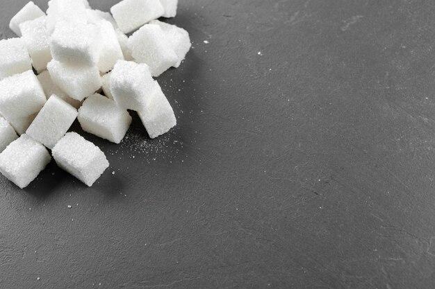 Würfel des raffinierten zuckers über schwarzabschluß oben
