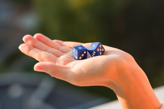Würfel mit der nummer eins in der weiblichen hand