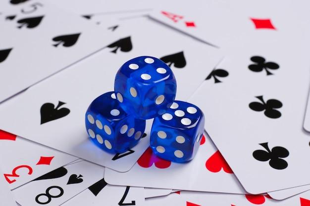Würfel mit spielkarten. spielsucht, poker, casino