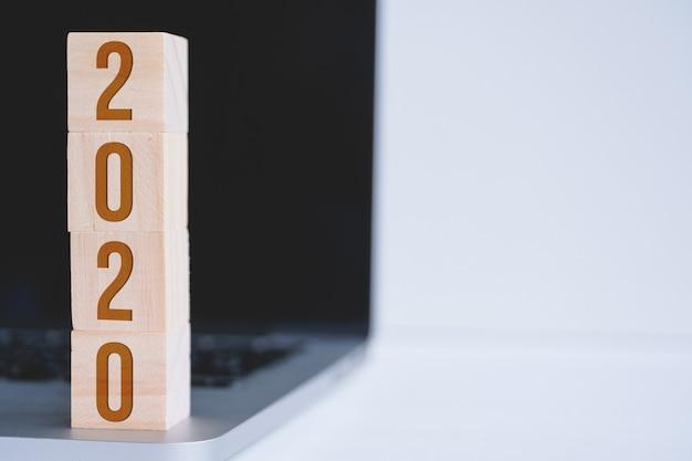 Würfel mit zahlen als symbol für das neue jahr