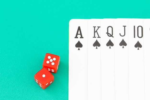 Würfel und karten auf grüner kasinotabelle