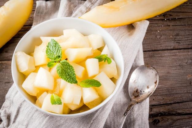 Würfel und scheiben der gelben melone des biobauern