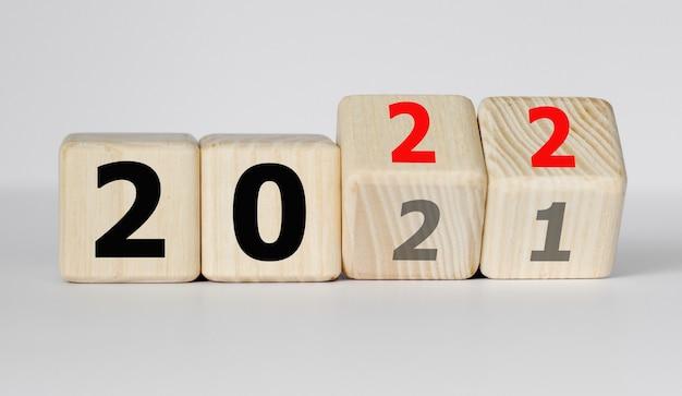 Würfel und würfel mit 2022 und 2021 auf dem hellen hintergrund