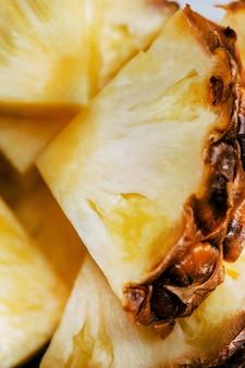 Würfel von frisch geschnittenen ananas