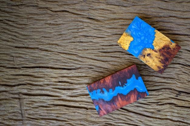 Würfelguss epoxidharz mit naturmaser burma padauk und ahornholz auf dem alten tisch