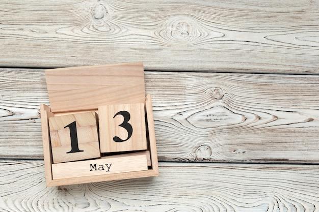 Würfelkalender für den 13. mai auf holz mit kopienraum