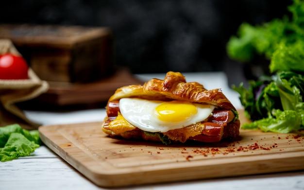 Würstchen mit omelett nach innen