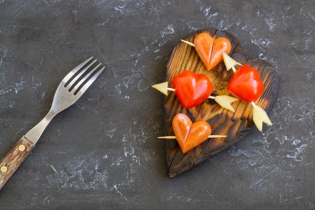 Würste und tomaten in herzform zum valentinstag