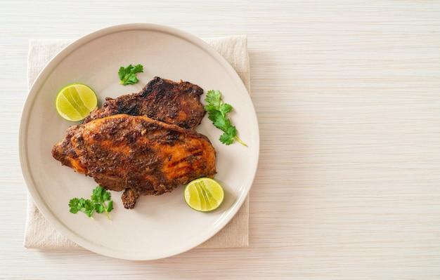 Würzig gegrilltes jamaikanisches jerk chicken - jamaican food style