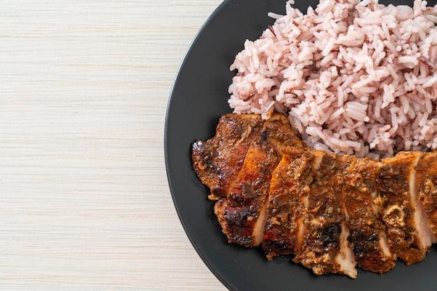 Würzig gegrilltes jamaikanisches jerk chicken mit reis - jamaican food style