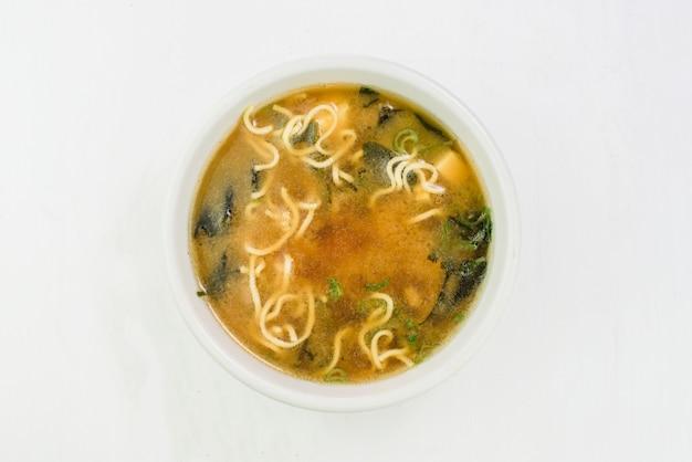 Würzige asiatische suppe mit soba-nudeln