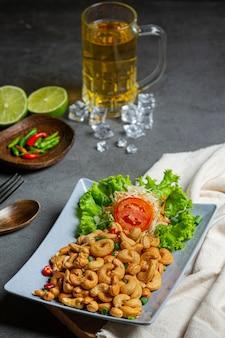Würzige cashewnüsse mit gehackten scharfen chilis.