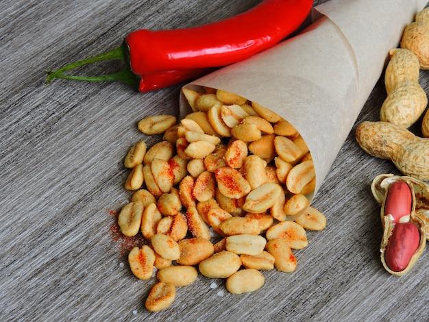 Würzige chili-erdnüsse. biersnack. erdnüsse mit chilischoten.