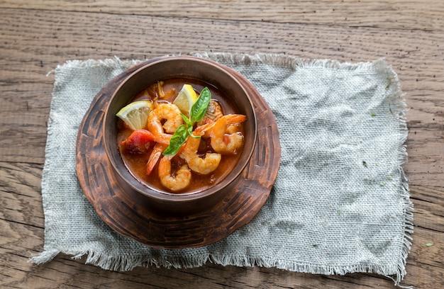 Würzige französische suppe mit meeresfrüchten
