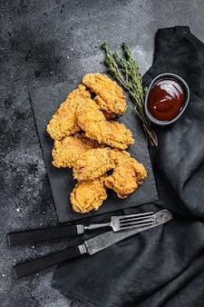 Würzige frittierte panierte hühnerflügel