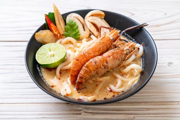 Würzige garnelen-udon-ramen-nudeln (tom yum goong)