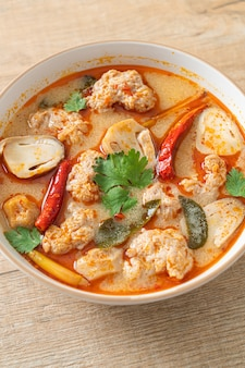 Würzige gekochte schweinesuppe mit pilzen - tom yum - asian food style