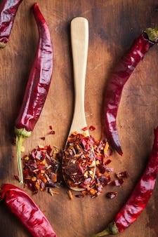 Würzige geschnittene chili-peper-mischung auf hölzernem hintergrund