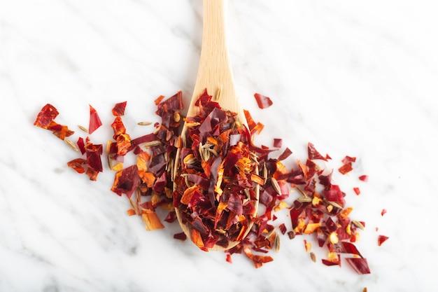 Würzige geschnittene chili-peper-mischung auf steinhintergrund