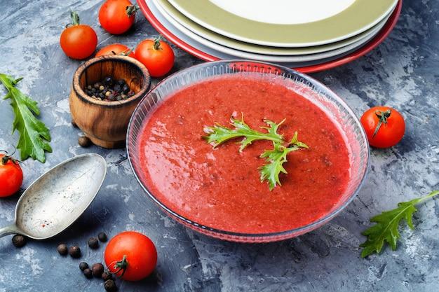 Würzige hausgemachte gazpacho-suppe