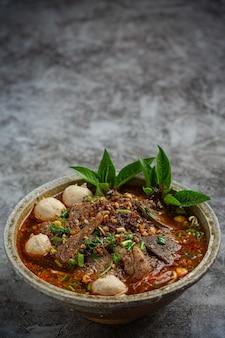 Würzige instant-nudeln im thailändischen stil namens tom yum.