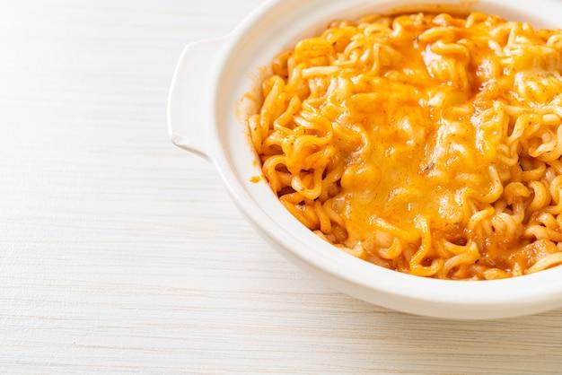 Würzige instant-nudelschale mit mozzarella
