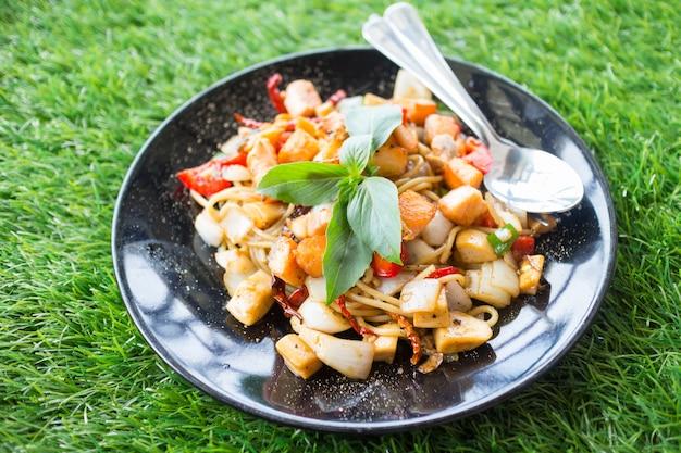 Würzige kräuterspaghetti mit räucherlachsfleisch