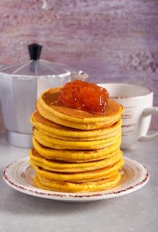 Würzige kürbispfannkuchen auf teller