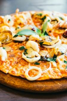 Würzige meeresfrüchte pizza