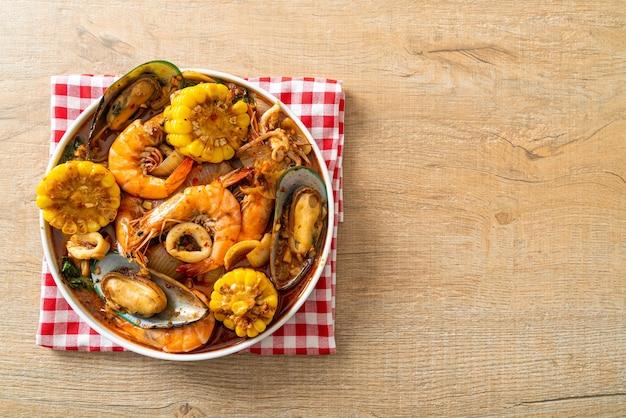 Würzige meeresfrüchte vom grill - garnelen, tintenfisch, muscheln und mais