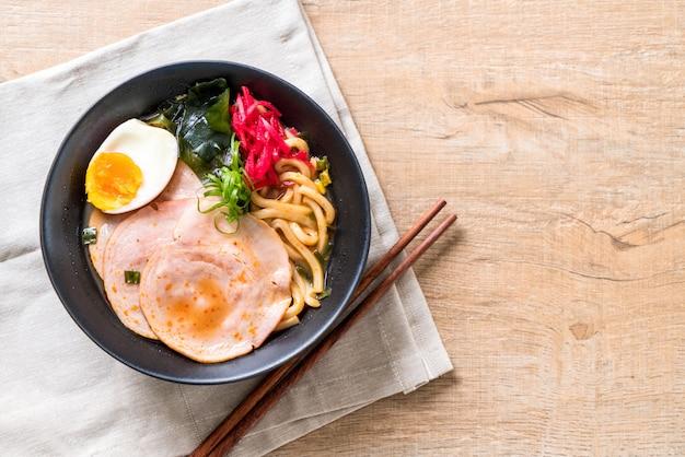 Würzige miso udon ramen nudel mit schweinefleisch