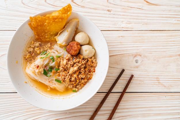 Würzige nudeln mit fischbällchen und gehacktem schweinefleisch (tom yum nudeln)