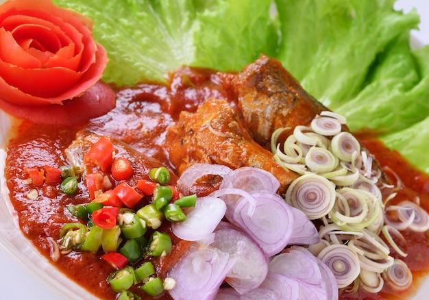 Würzige sardinen in tomatensauce fischkonserven, yum thai food-stil