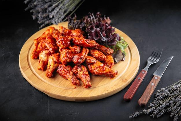 Würzige sauce chicken wings bier snack