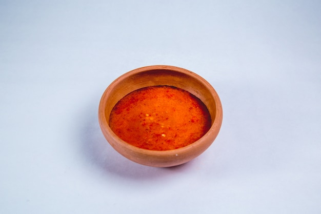 Würzige sauce in einem tontopf
