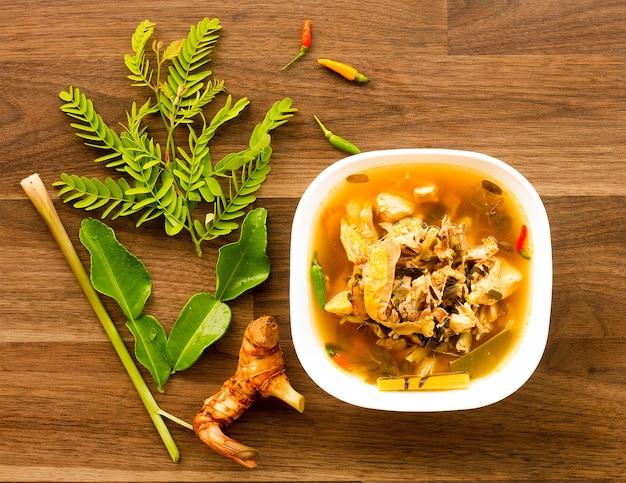Würzige & saure suppe mit huhn und jungem tamarindenblatt
