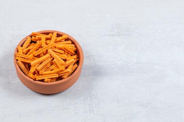 Würzige stick-chips in keramikschale.