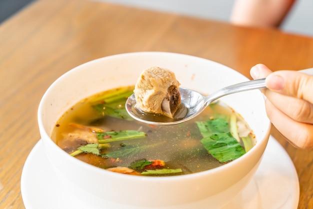 Würzige suppe mit schweinerippchen