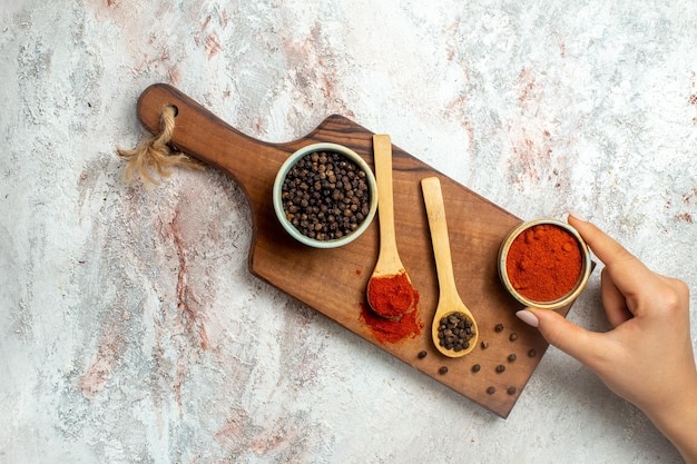 Würzige und kantige zutaten der scharfen paprika von oben auf dem weißen raum