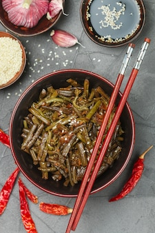 Würziger adlerfarnsalat mit zwiebeln, knoblauch, chili, sojasauce, sesam und gewürzen, orientalische und asiatische gerichte, chinesisch