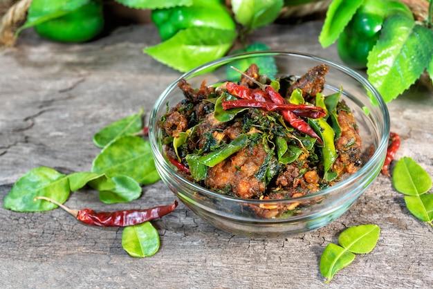 Würziger aufruhr gebratener wels mit würzigem thailändischem kräuterlebensmittel.