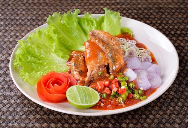 Würziger fisch in büchsen konservierter sardinen-salat, thailändisches lebensmittel