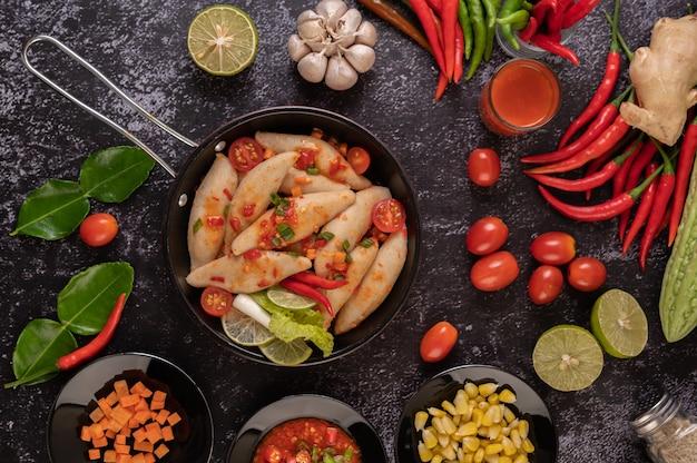 Würziger fleischbällchensalat mit chili, zitrone, knoblauch und tomate.
